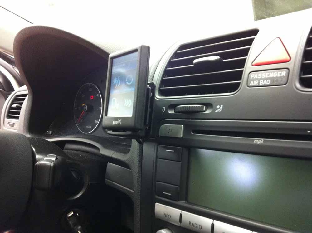 Bury CC9068 im VW Golf 5 montieren
